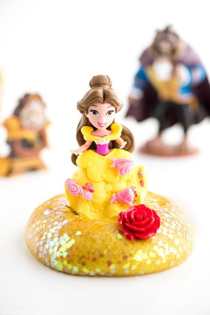 Gelber Schleim mit Glitter und Belle Puppe, rote Rose, Die Schöne und das Biest