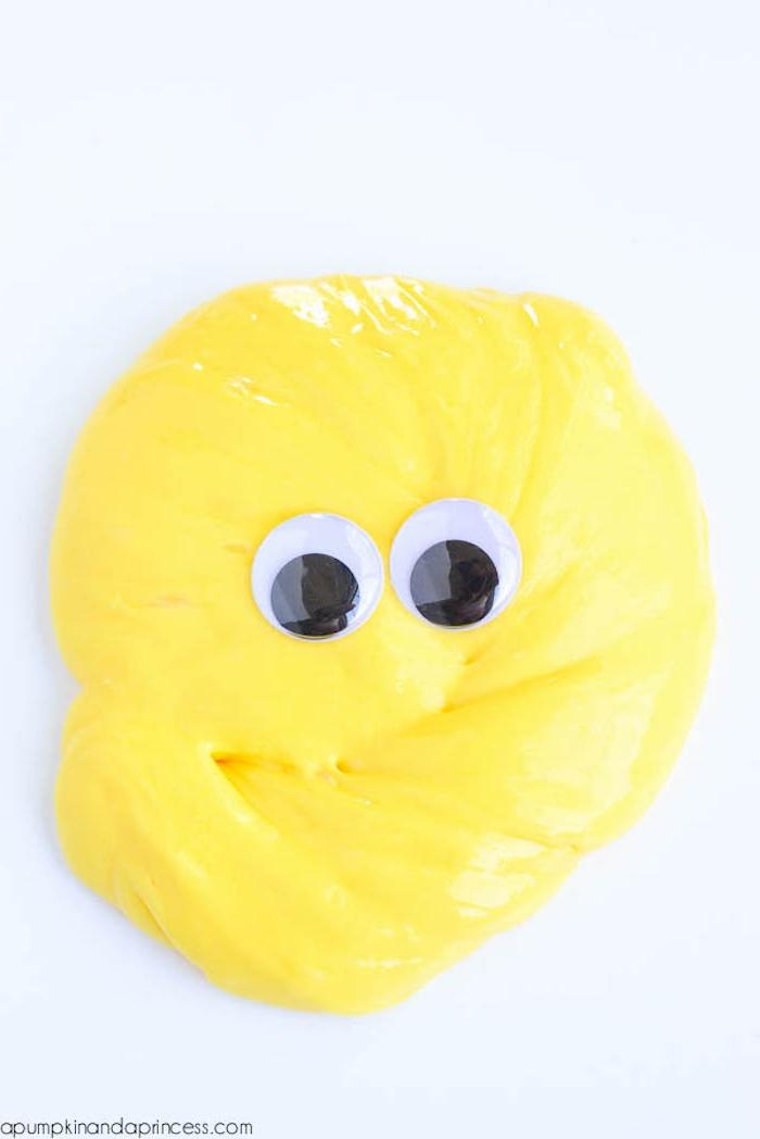 Gelber Schleim mit Wackelaugen, Minion aus Schleim selber machen, lustige DIY Idee
