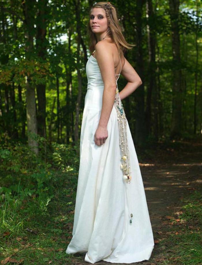 Brautkleid vintage schlicht, eine lange Kette am Rücken, eine Hochzeit im Wald