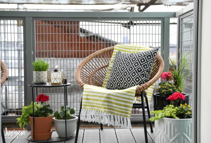 balkon deko ideen, schöner sessel mit einem kissen und kleine gelbe decke, rosarote blumen