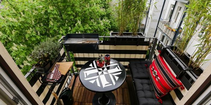 balkon deko ideen in schwarz und rot und weiß, ausgefallene deko ideen