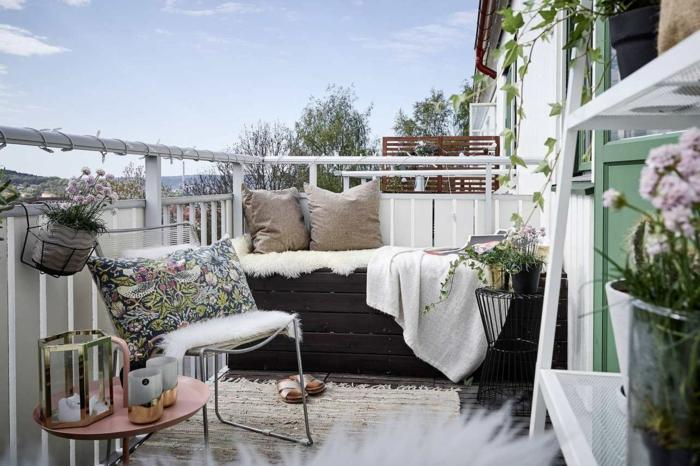 balkon deko ideen zum nachmachen, design in hellen farben und eine dunkle sitzbank