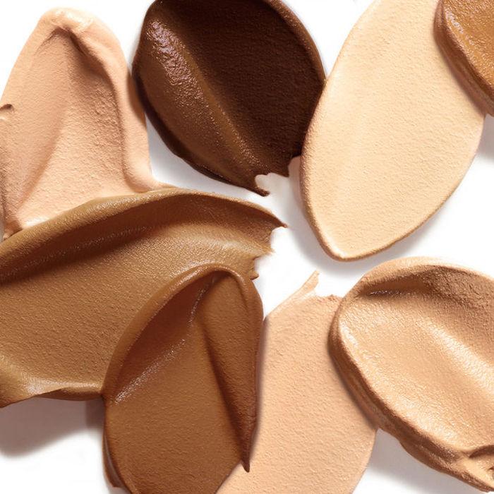 schminken für anfänger, foundantion in verschiedenen nuancen, richtge farbe auswählen