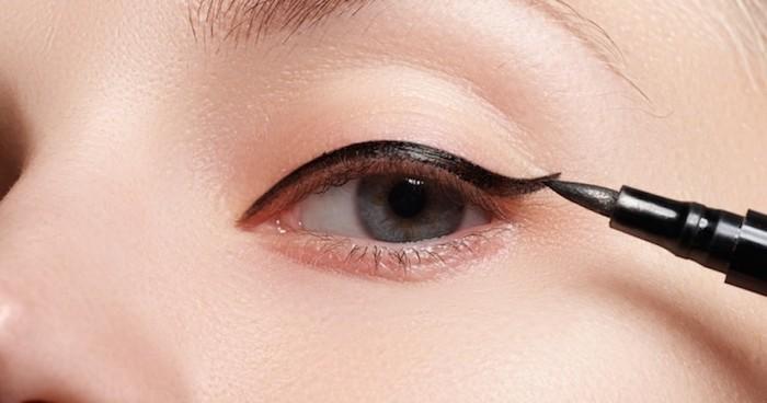 schminken für anfänger, blaue auge, schwarzer eyeliner richtig ziehen, schminktipps