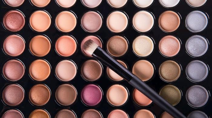 schminken für anfänger, große schminkpalette mit lidschatten in verschiedenen farben, schminkpinsel