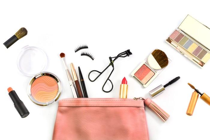 schminken für anfänger, lippenstifte, rosa schminktasche, rouge, falsche wimpern, mascara