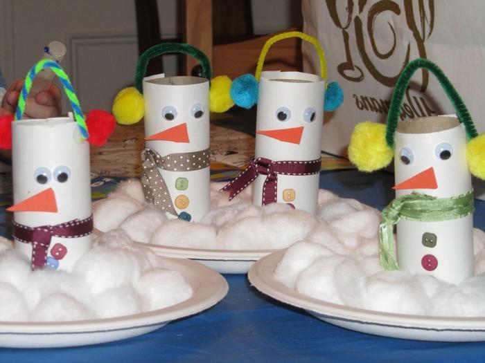 Klorollen basteln, vier Schneemänner mit bunten Pompoms, Schleifen als Schal
