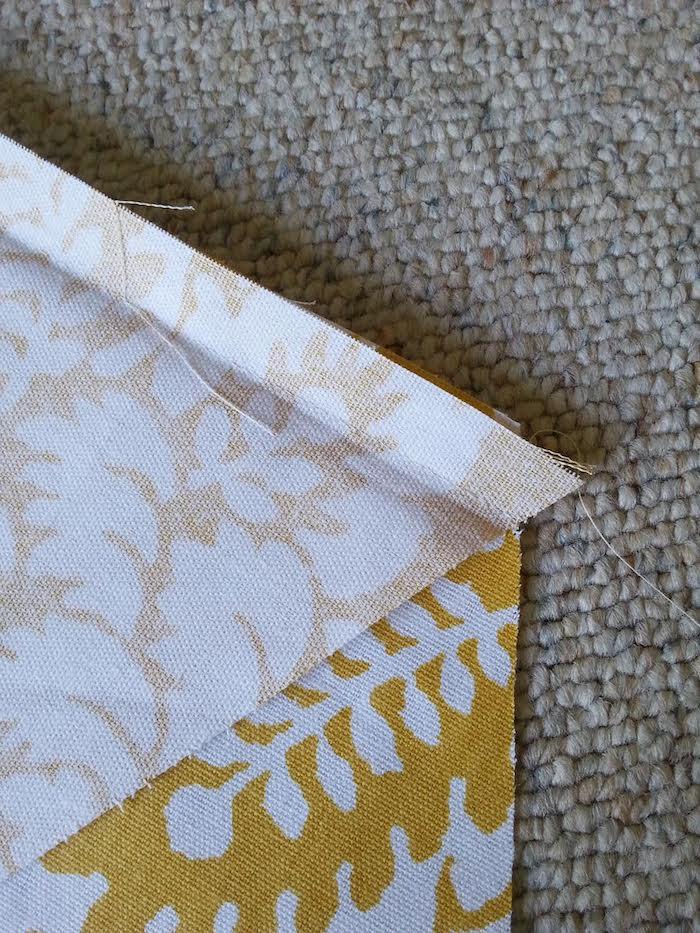 ein grauer teppich und ein gelber stoff mit vielen weißen blumen und weißen blättern, bastelideen für erwachsene, ein tipi spielzelt für kinder nähen