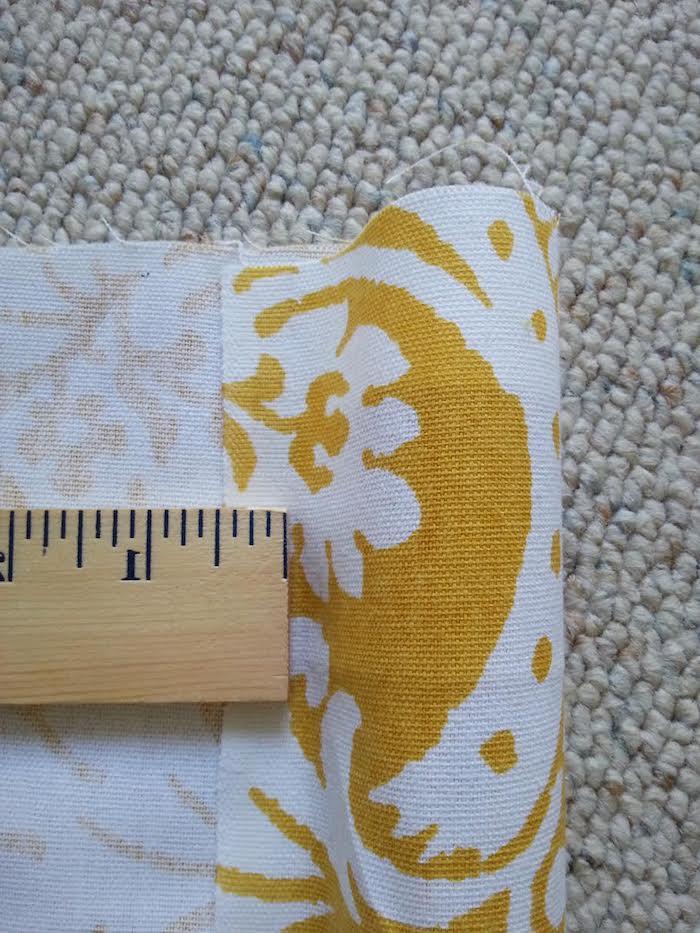 ein lineal aus holz und ein teppich, ein gelber stoff mit vielen kleinen und großen weißen blumen mit weißen blättern, ein tipi bauen anleitung, indianer tipi zelt