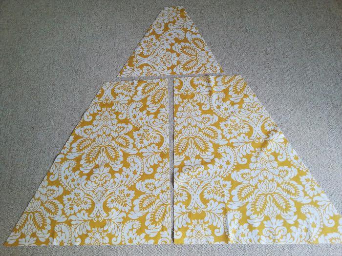 ein großes dreieck aus drei teilen aus einem gelben stoff mit vielen weißen blumen und weißen blättern und ein grauer teppich, ein tipi spielzelt selber bauen