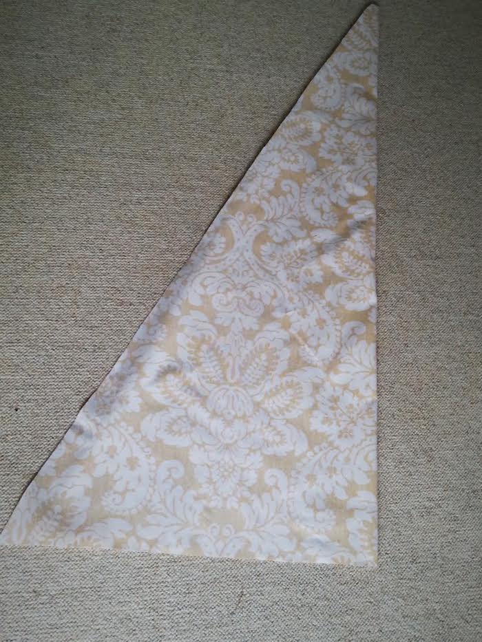 eine schritt für schritt diy anleitung, ein grauer teppich und ein großes dreieck aus einem gelben stoff mit vielen großen weißen blumen und blättern