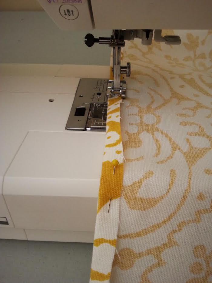 ein tipi nähen, ein gelber stoff mit großen weißen blumen und weißen blättern, ein tipi kinderzelt selber bauen