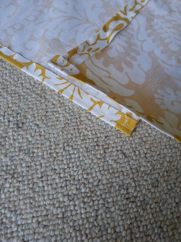 ein teppich und ein gelber stoff mit vielen kleinen und großen weißen blumen mit weißen blättern, ein kinderzelt tipi nähen, bastelanleitung