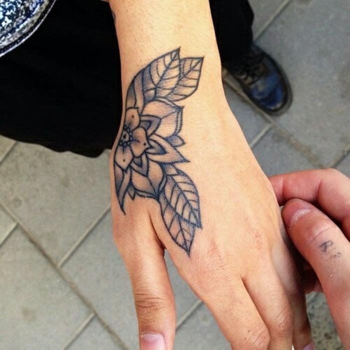 motive und ideen für tattoos an der hand, gänseblümchen tattoo, zeichnung von einer tätowierung