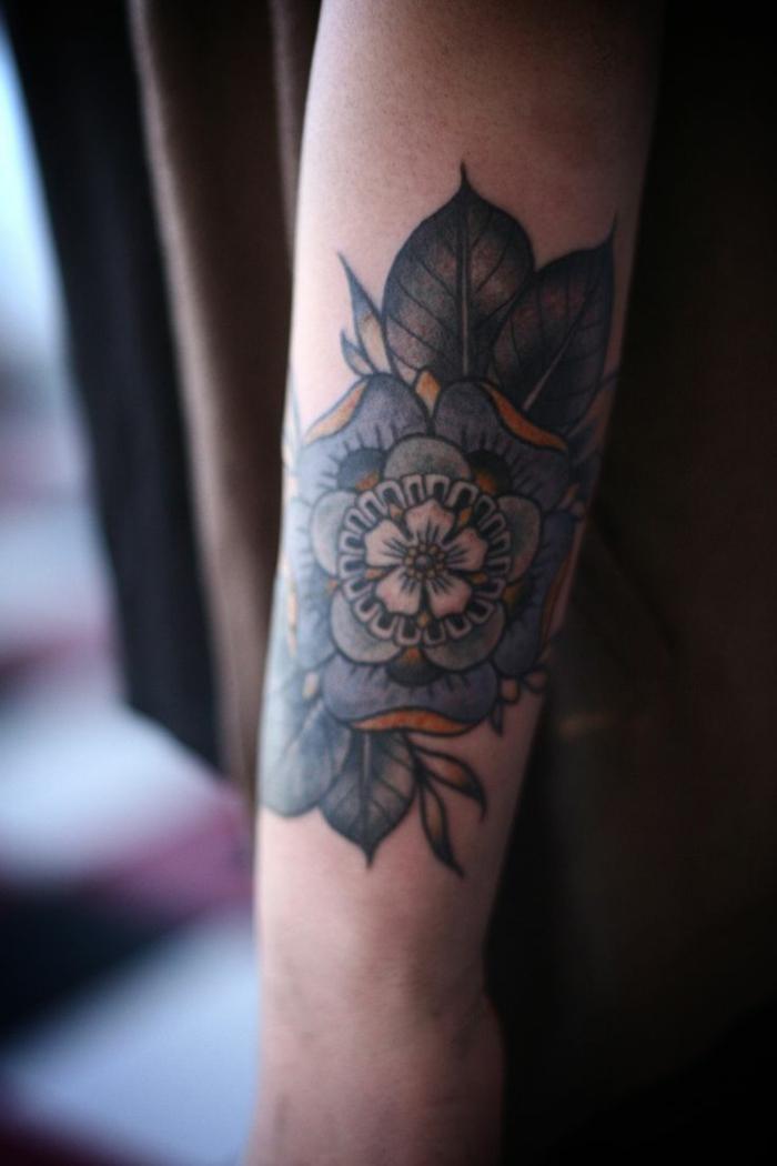 gänseblümchen tattoo, große blume in dunklen farben, idee zum nachmachen, blaue blume, ideen