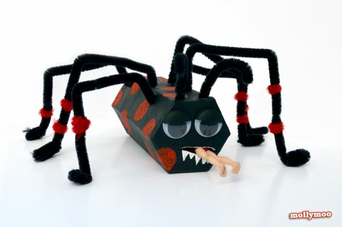eine schwarze Spinne mit Barbie im Mond, Basteln mit Klorollen