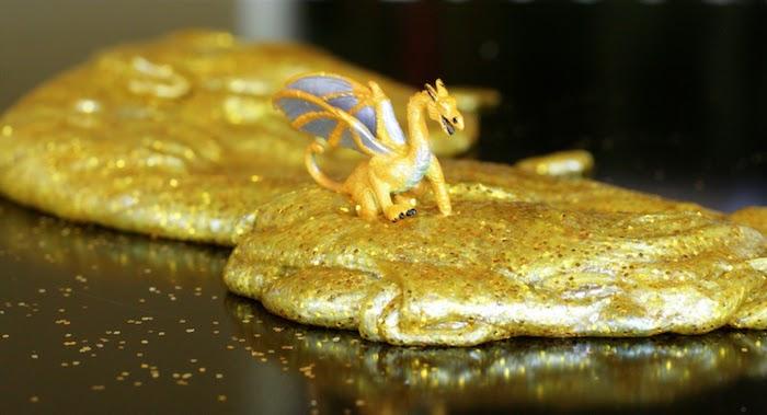 Gelber Schleim mit Glitter, Dinosaurier Spielzeug aus Kunststoff, selbstgemachter Slime