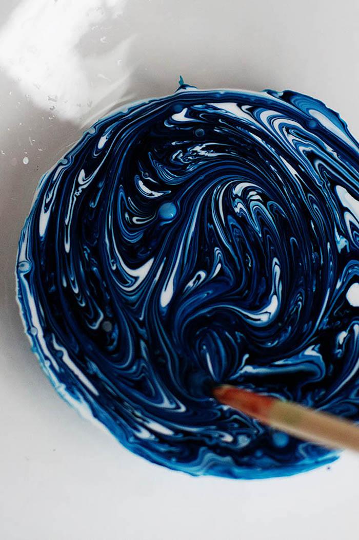 Rezepte und Anleitungen für selbstgemachten Schleim, dunkelblaue und weiße Farbe mischen
