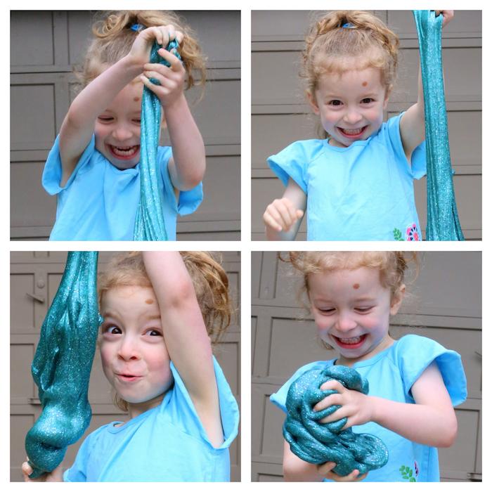 Süßes Mädchen spielt mit Schleim, blauer Schleim mit Glitter, Kind mit blonden Haare, blaues T-Shirt