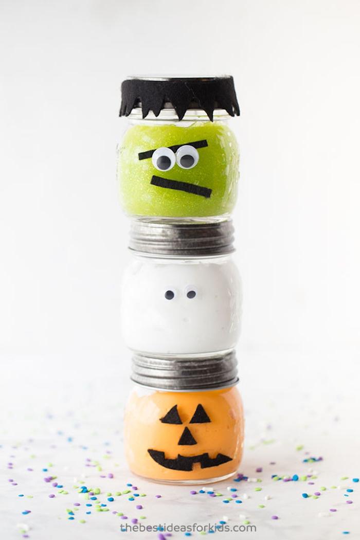 Halloween Deko selber machen, grüner weißer und oranger Schleim in Einmachgläsern, Zombie Gespenst und Kürbis