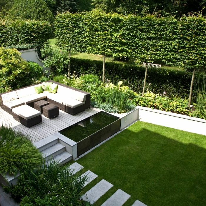 garten englisch gestalten, treppe führen zu einem luxuriösen und schönen ort der erholung, sitzecke in weiß und schwarz, sofa im garten