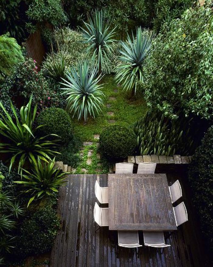 moderne stilphase der englischen kunst, viele grüne pflanzen zu hause, büsche, kleine palmen, sitzecke mit tisch und stühlen