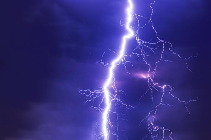 Stromanbieter, blaues Himmel, Blitz