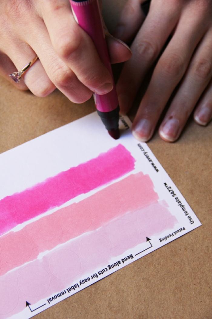 die Stickers mit Filzstift färben, Papiertüten falten, mit rosa Schattierung verzieren