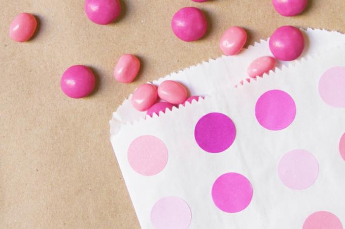 Papiertüte basteln und mit Bonbons füllen, rosa Schattierungen des Geschenks