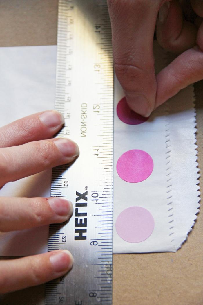 Papiertüten basteln, einen gewissen Abstand messen und die Stickers kleben