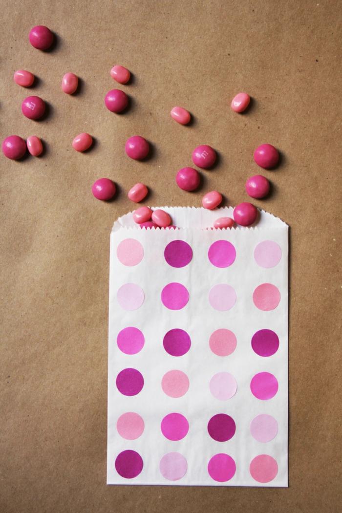 Papiertüten basteln, ein Überblick des Endprodukts, vier Nuancen Rosa Farbe