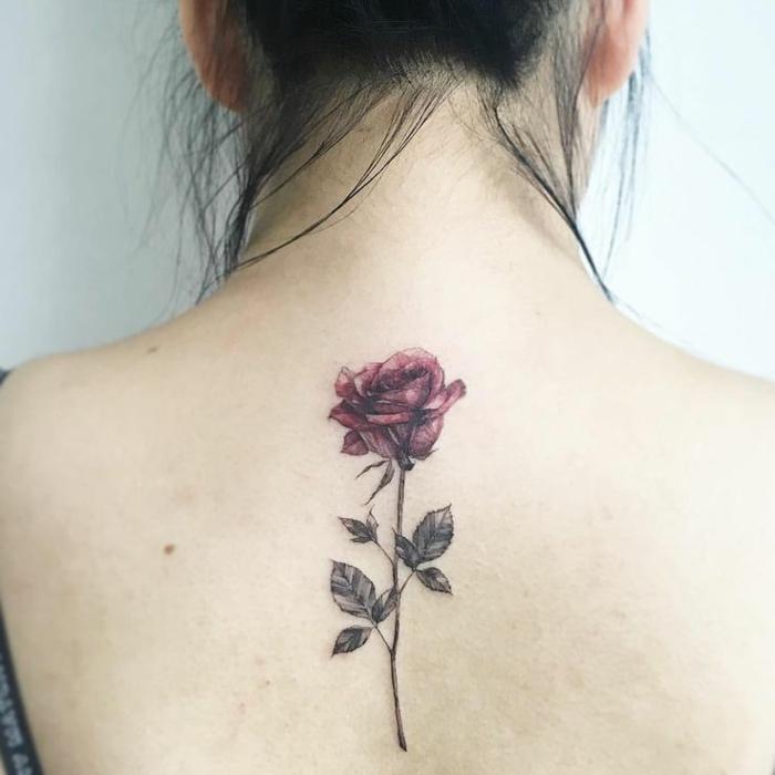 bedeutung blumen, große rose mit farbe als tattoo am rücken, gebundene haare, dame