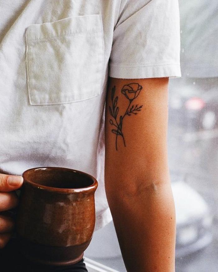 verschiedene tattooideen, tattoo orchidee zeichnung, weißes shirt, kaffee in der hand