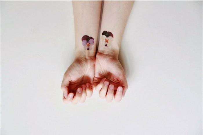 tattoos frauen schulter, arm oder hand, zwei kleine tattoos an den beiden händen, verschiedene farben