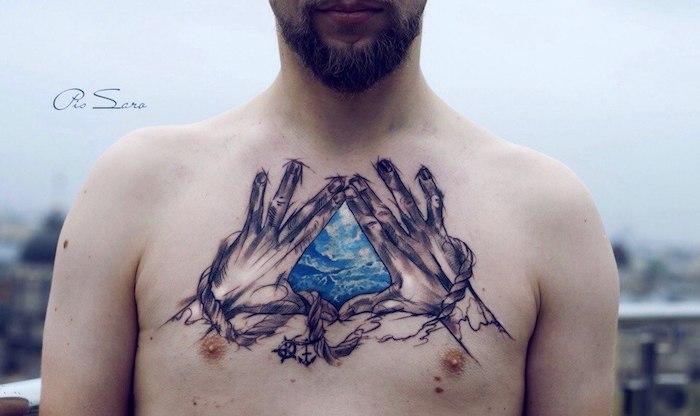 Tattoo am Brust, farbiges Motiv, Dreieck zwischen Händen, Inspiration für neues Tattoo