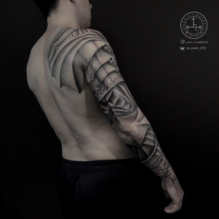Tattoo am ganzen Arm, schwarze Tätowierung Rüstung, Tattoo Motive für Männer