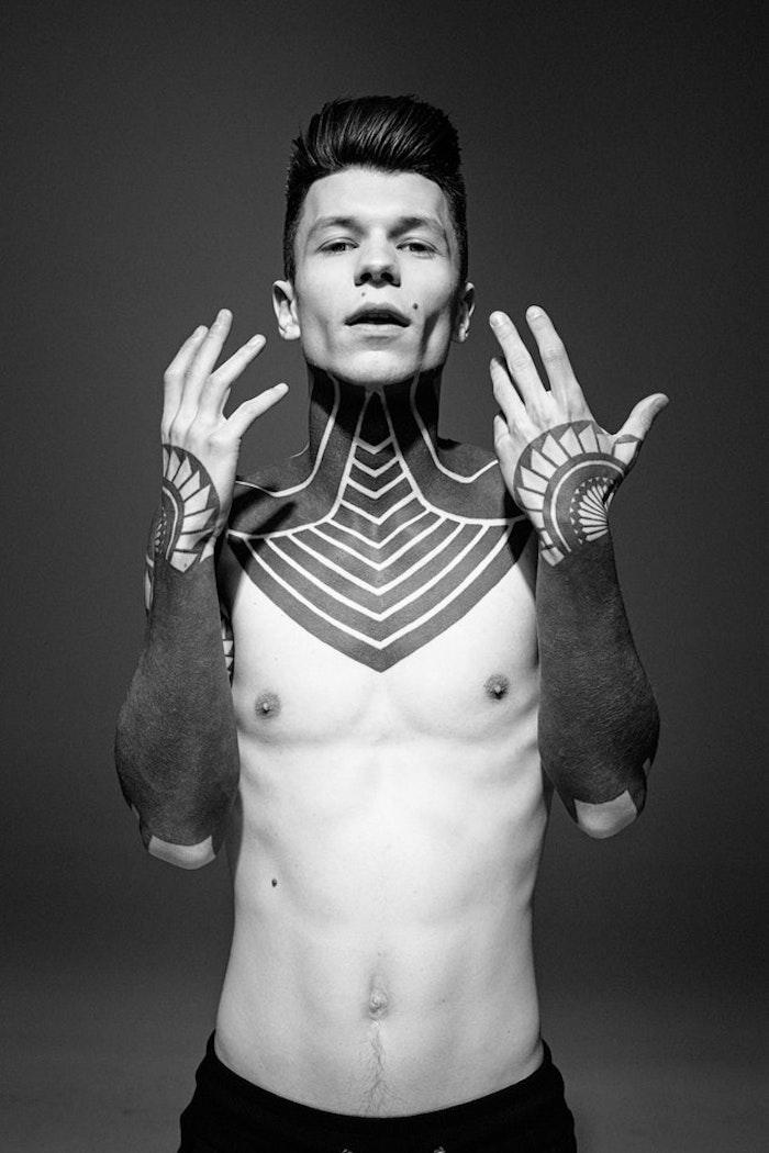 Tattoos an beiden Armen und am Nacken, Tattoo Motive für Männer
