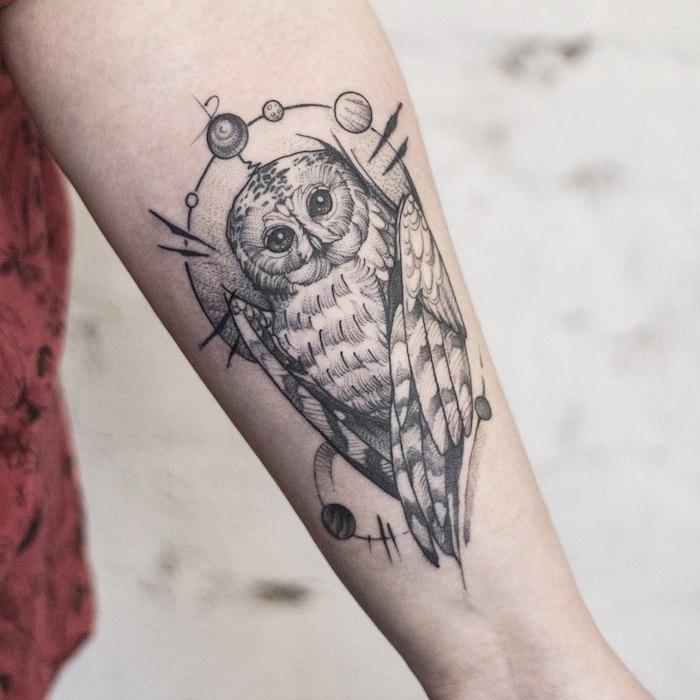 Tattoo am Unterarm, schwarzes Uhu Tattoo, Ideen für Arm Tattoos für Männer