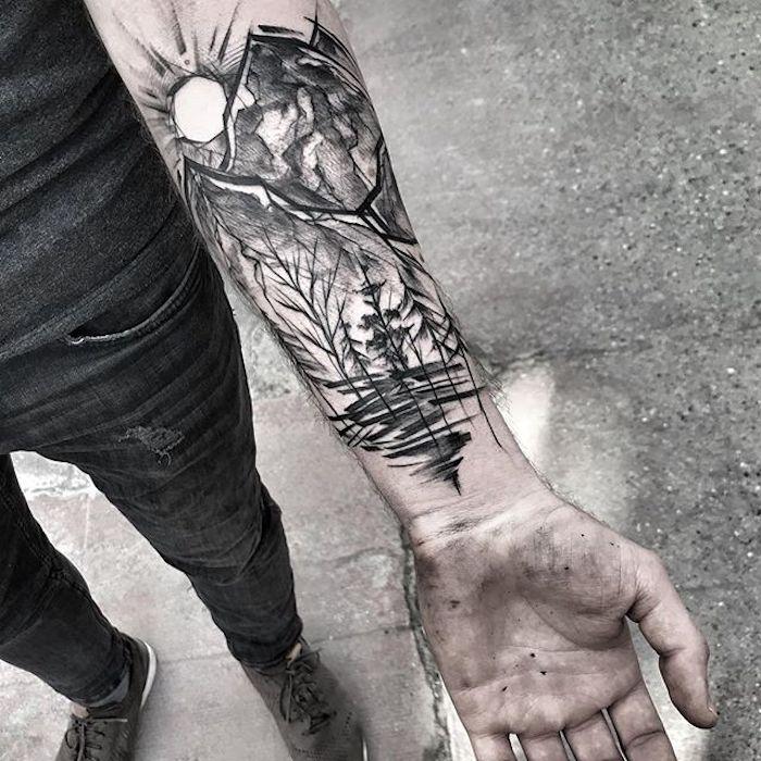 Schwarzes Unterarm Tattoo, Wald und Sonnenaufgang, Gebirge und Bäume
