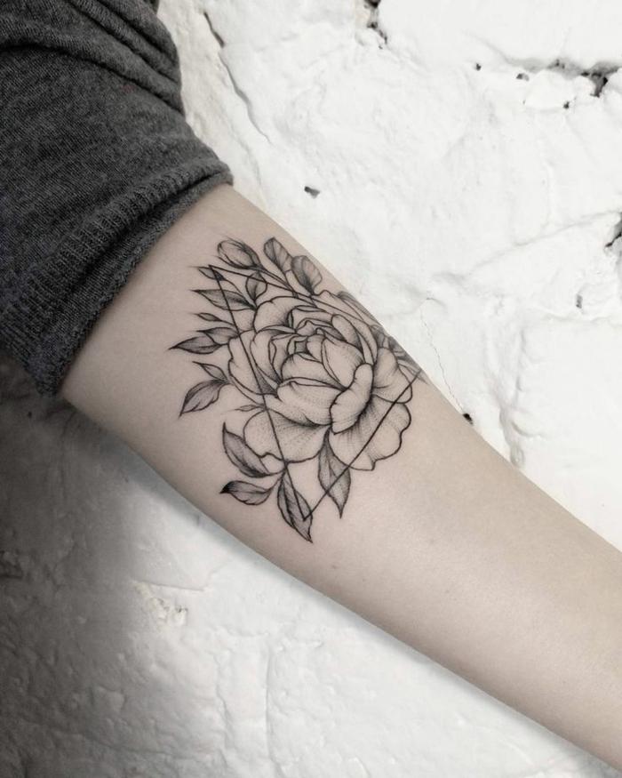 gänseblümchen tattoo oder rose, blumenmotive, und bedeutungen, eine blume greift über die grenzen