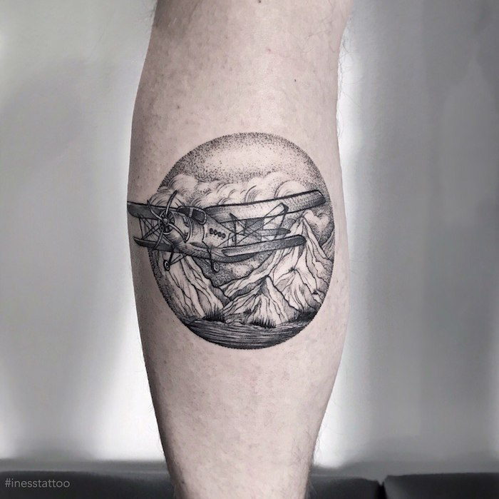 Tattoo an der Wade, Ideen für Bein Tattoos, Flugzeug und Gebirge in Kreis