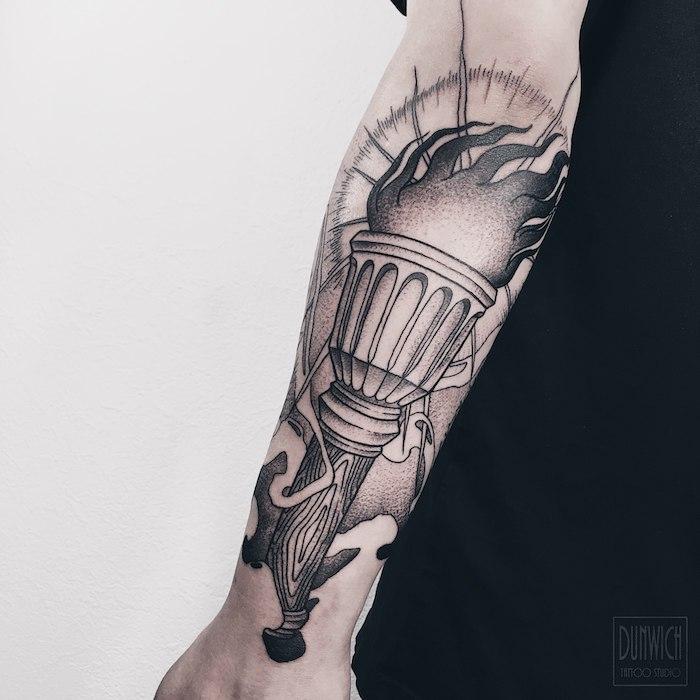Schwarzes Fackel Tattoo am Unterarm, coole Tattoo Motive für Männer