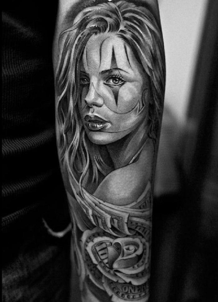Tattoo am ganzen Arm, sich Frauengesicht stechen lassen, schwarze Tattoos