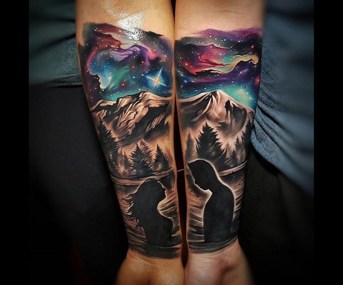 hände mit paar tattoos, die sich ergänzen, eine frau und ein mann, berge und wald mit vielen schwarzen bäumen, ein himmel mit vielen weißen sternen