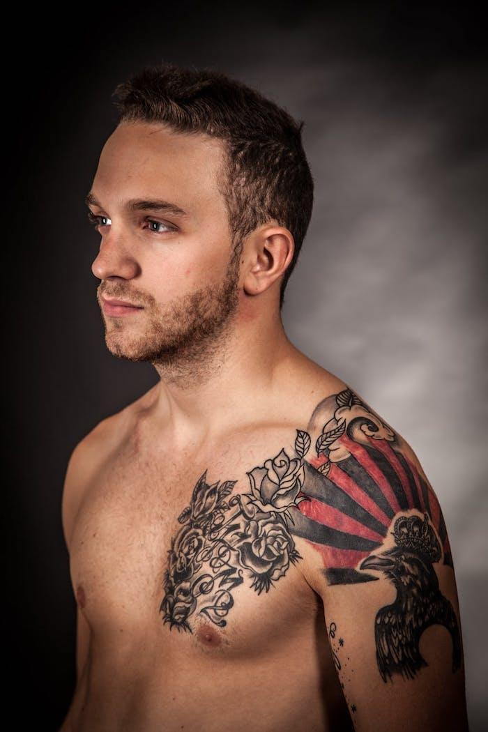 Tattoos am Brust und am Schulter, Ideen für farbige und schwarze Tattoo Motive