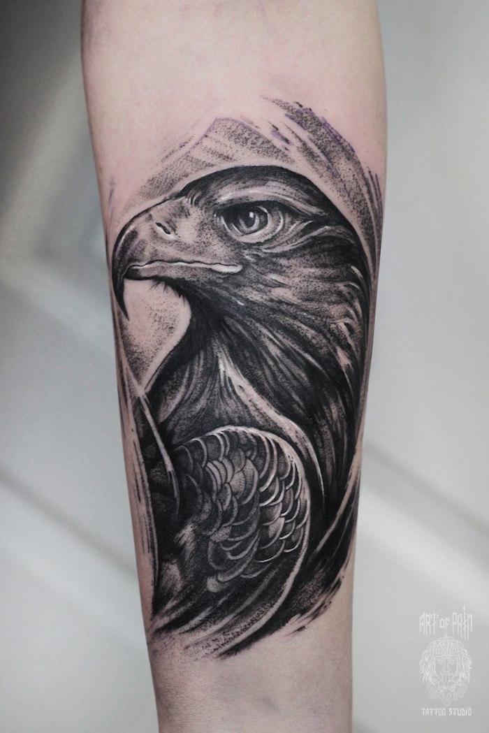 Schwarzes Rabe Tattoo am Oberarm, Tattoo Motive für Männer, Arm Tattoos
