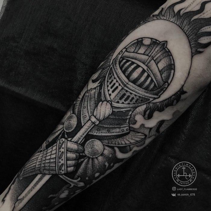 Ritter Tattoo am Unterarm, schwarzes Tattoo Rüstung, Tattoo Motive für Männer