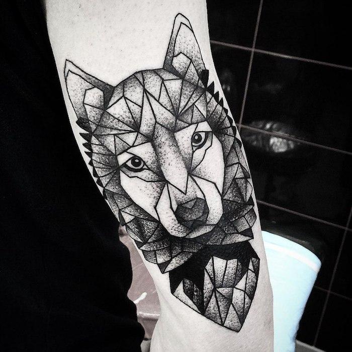Wolf Tattoo am Oberarm, Tattoo Motive für Männer mit Bedeutung