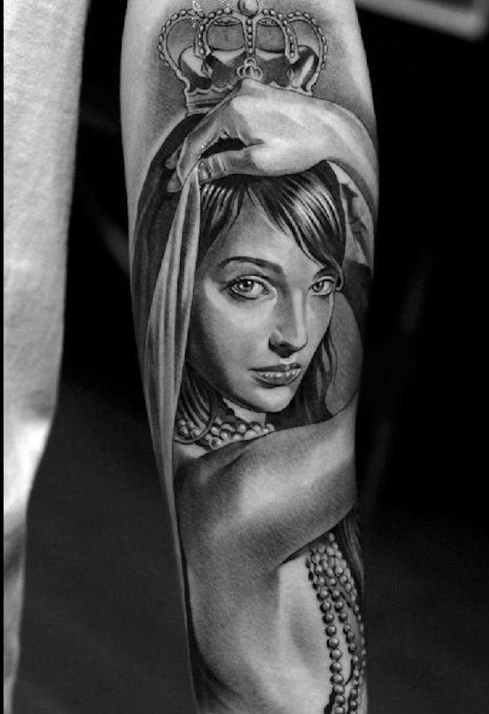 Sich ein Frauengesicht stechen lassen, Frau mit Krone, Tattoo am Unterarm