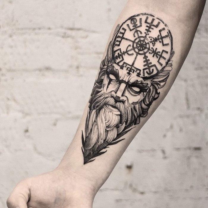 Idee für Tattoo am Unterarm, schwarze große Arm Tätowierung für Männer
